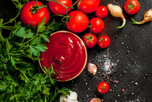 Tomatensaus of ketchup met ingrediënten