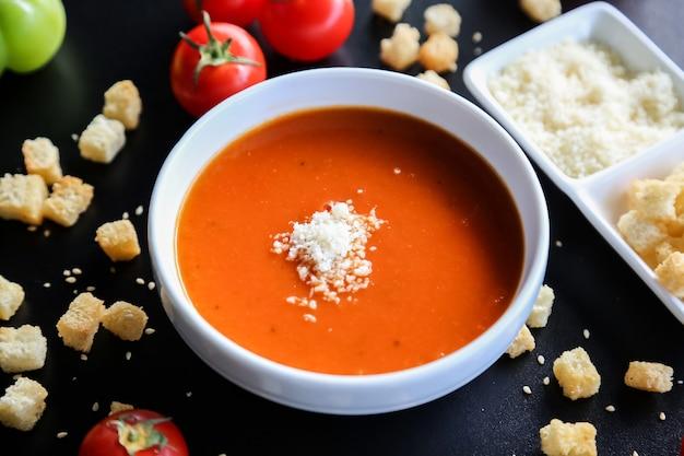 Tomatensoep crackers kaas paprika zijaanzicht