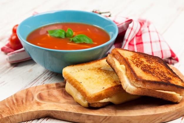 Tomatensoep en basilicum
