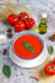 Tomatensoep met basilicum in een kom.