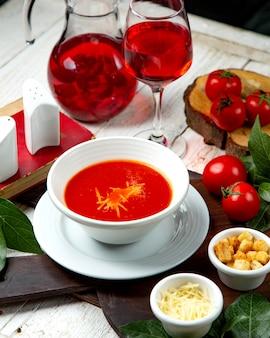 Tomatensoep met crackers en geraspte kaas