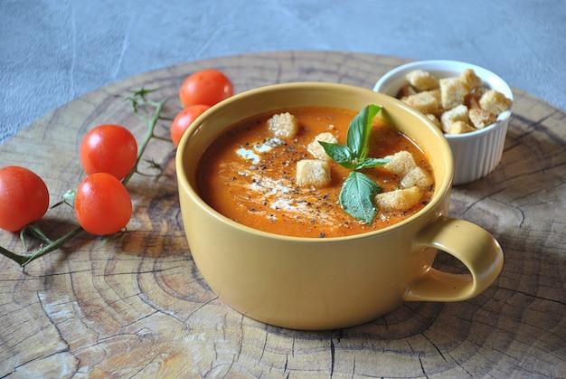 Tomatensoep met croutons en verse basilicum