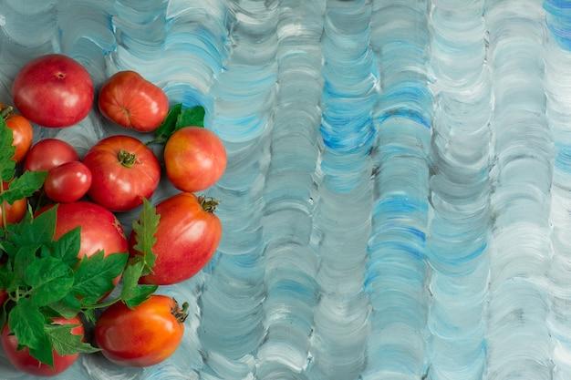 Tomatensoorten hebben de naam amethyst jewel. verse rijpe roze vleestomaat. tomaten groot hartvormig