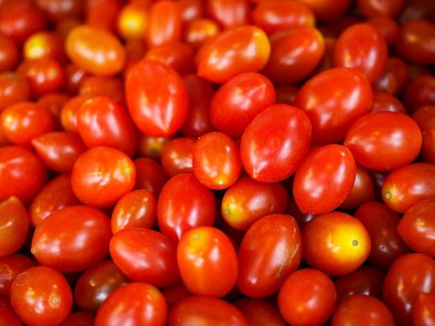 Tomatenstapel vrij van chemicaliën in de bazaar.