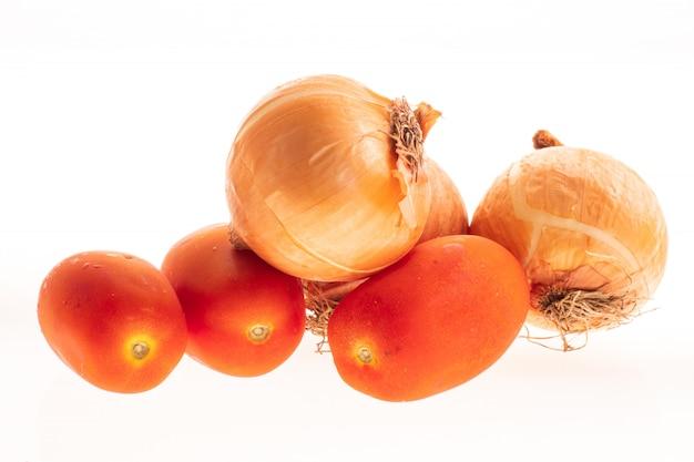 Tomates en uien oranje geïsoleerd op wit