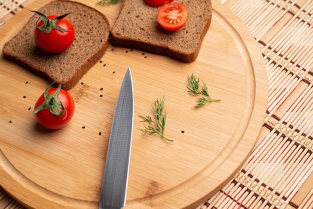 Tomates met zwart brood en groen voor de lunch