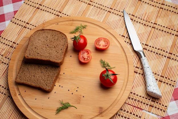 Tomates met zwart brood en groen voor het avondeten
