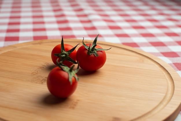 Tomates op de houten cirkel