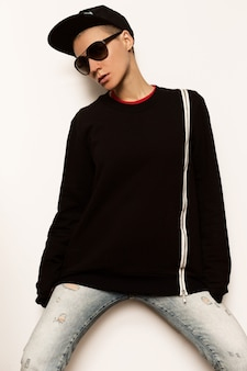 Tomboy girl urban outfit hoodie pet en zonnebril aviator fashion trend black style