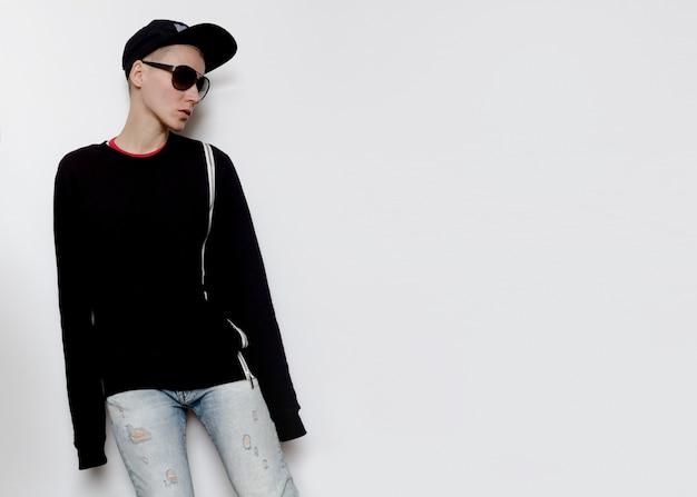 Tomboy model urban outfit pet en hoodie modetrend