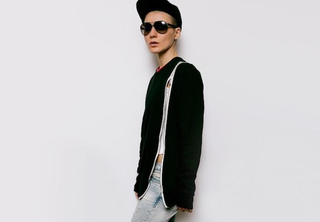 Tomboy stijl urban fashion model zwarte outfit