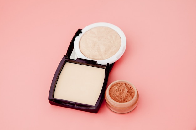 Tonale foundation en markeerstift, basis voor make-up in de vorm van een kussen. markeerstift poeder cosmetische product bovenaanzicht