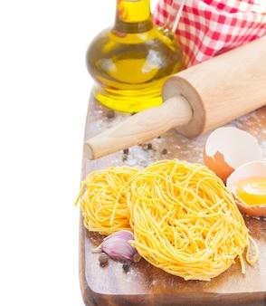 Tonarelli rauwe pasta met olijfolie geïsoleerd op wit