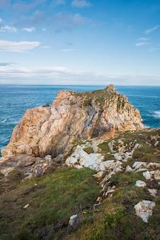 Toneel coastltine en klippenlandschap in cantabricoverzees, asturias, spanje.