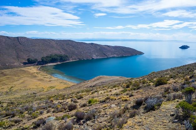 Toneel dramatisch landschap op eiland van de zon, titicaca-meer, onder de meest schilderachtige reisbestemming in bolivië.