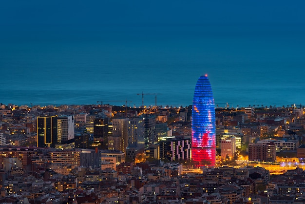 Toneel luchtmening van de de stadswolkenkrabber en horizon van barcelona bij nacht in barcelona, spanje.