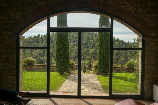 Toneel mening van bos dat door venster, gaiole in chianti, toscanië, italië wordt gezien