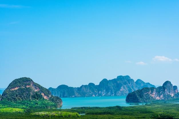Toneel mening van de archipel van samed nang chee en baai bij de provincie van phangga, thailand