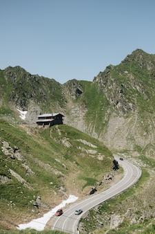 Toneel mening van de kronkelende bergweg van transfagaras in de transsylvanische alpen