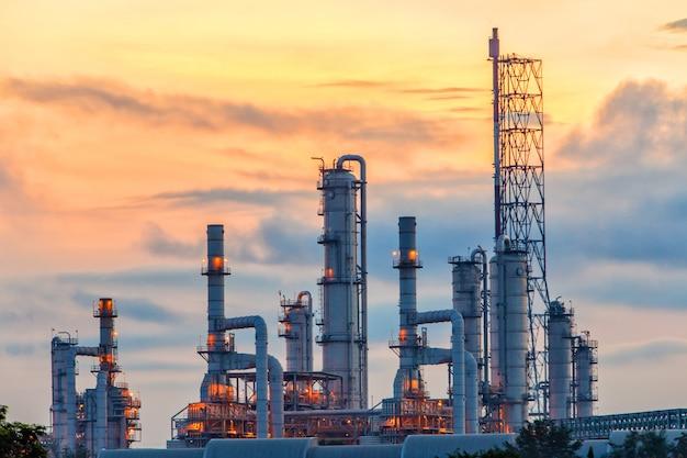 Toneel mening van de olieraffinaderij bij zonsopgang