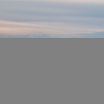 Toneel mening van kalme rivier met huis op achtergrond, cheticamp, cabot-sleep, het bretonse eiland van de kaap, nova