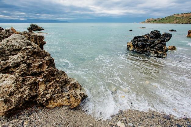 Toneel rotsachtige kustlijnkaap milazzo.sicily, italië.