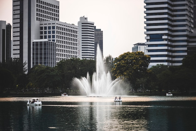 Toneel stedelijk park in een bedrijfsdistrict