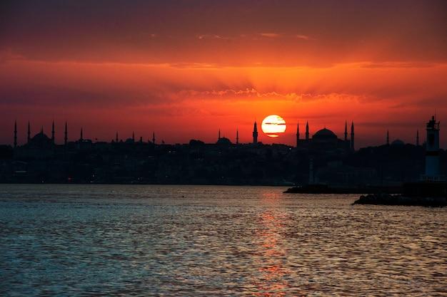 Toneel van zonsopgang over de oceaan in istanboel turkije