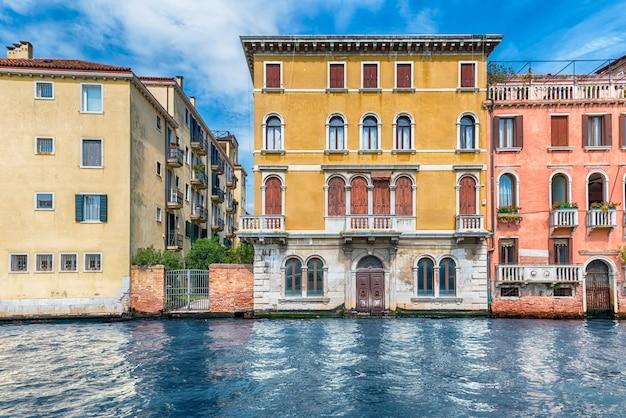 Toneelarchitectuur langs grand canal in venetië, italië