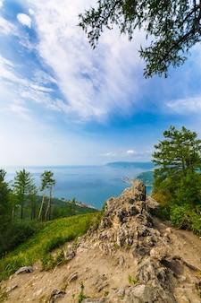 Toneellandschap bij de baai van het meer van baikal in siberië rusland