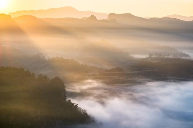 Toneellandschap op mistige heuvel bij zonsopgang, baan jabo, mae hong son, thailand