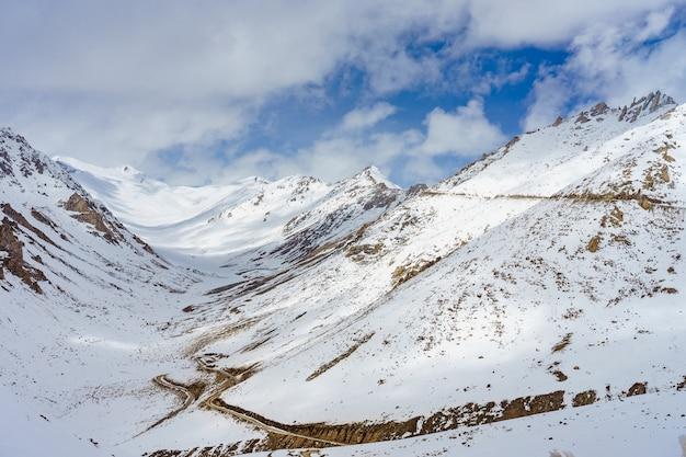 Toneelmening tussen weg op khardung-la, bergpas in het ladakh-gebied van jammu en kashmir.