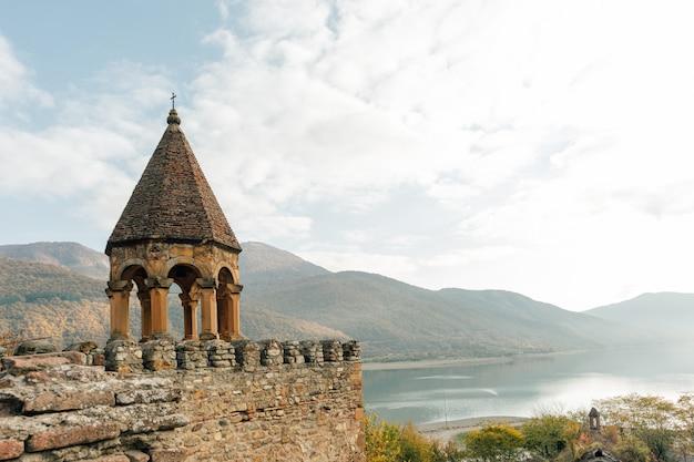 Toneelmening van ananuri-vesting op de zhinvali-reservior, land van georgië