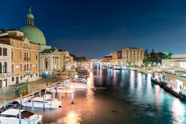Toneelnachtmening van grand canal in venetië, italië