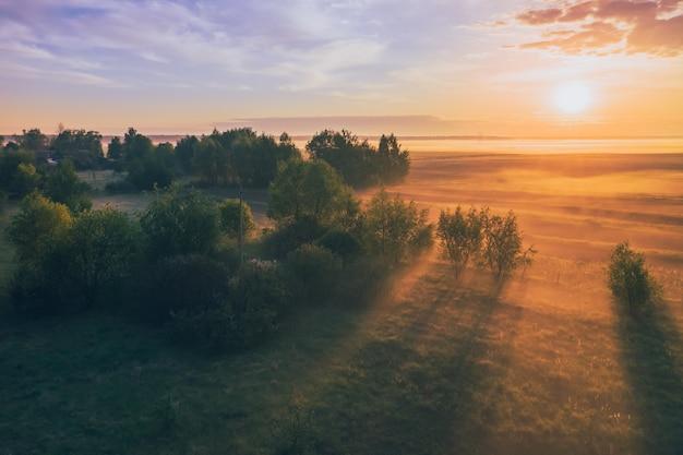 Toneelochtend landschap met mist mooi licht en schaduwen