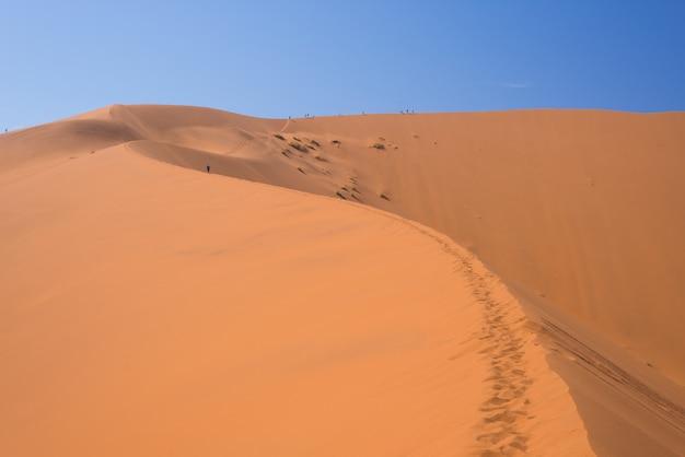 Toneelruggen van zandduinen in sossusvlei, het nationale park van namib naukluft. avontuur en verkenning in afrika.