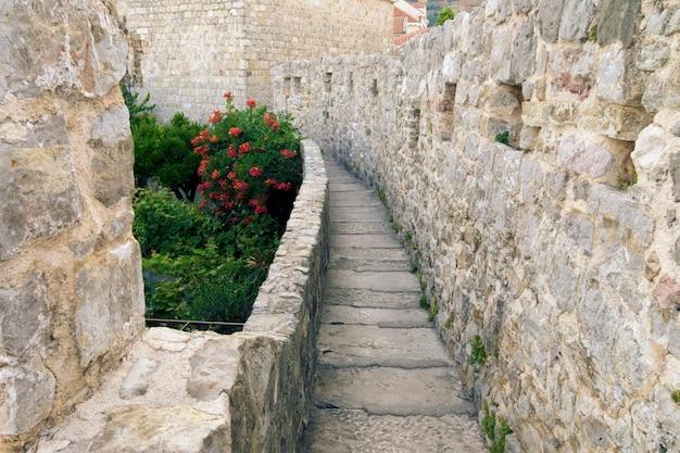 Toneelsteenweg in oude stad van budva, montenegro