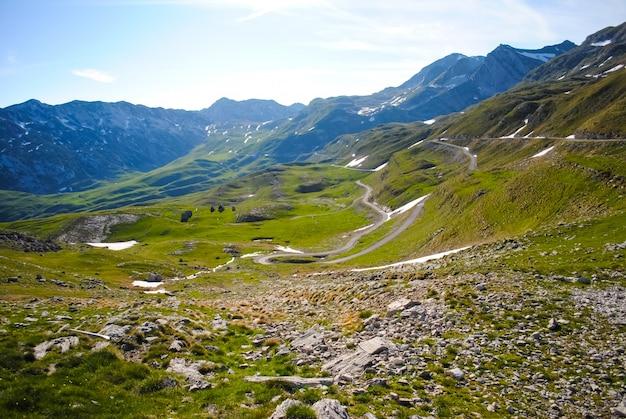 Toneelweg in de bergen van montenegro