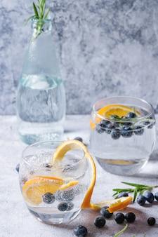 Tonic cocktail met rozemarijn en bosbessen