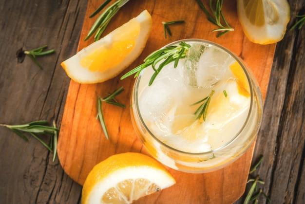 Tonic water met citroen en rozemarijn