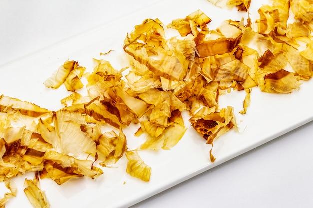 Tonijn die katsuobushi scheert, bonitovlokken, ingrediënt van japanse soepdimi. geïsoleerd
