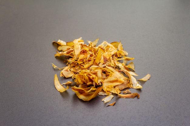 Tonijn die katsuobushi scheert, bonitovlokken, ingrediënt van japanse soepdimi