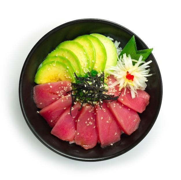 Tonijn don met avocado bovenop zeewier