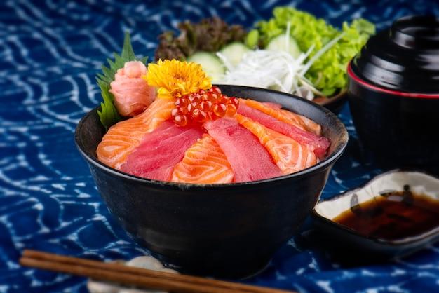 Tonijn en zalmsashimi met rijst.