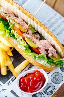 Tonijnburger geserveerd met patat en ketchup