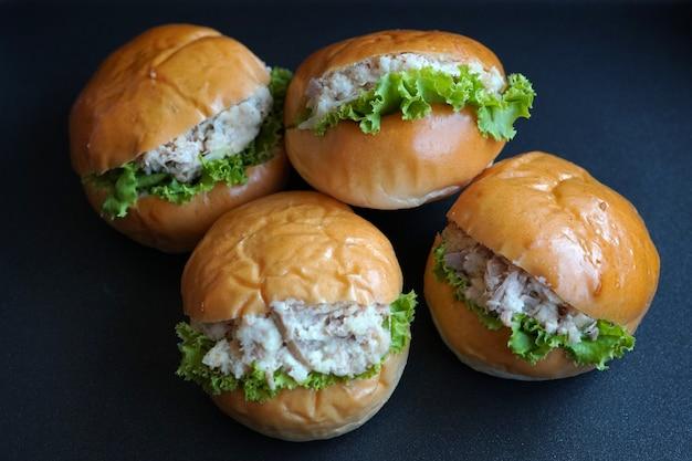 Tonijnhamburger op donkerblauwe achtergrond