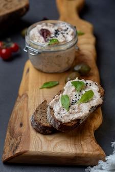 Tonijnrillettes met roomkaas en ansjovis en vers brood