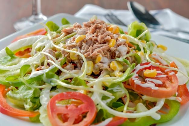 Tonijnsalade met rode rauwe tomaat, verse sla. hoge vitamines en weinig vet voor afvallen. heathy food concept.