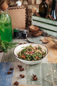 Tonijnsalade met rucola balsamico dressing walnoten