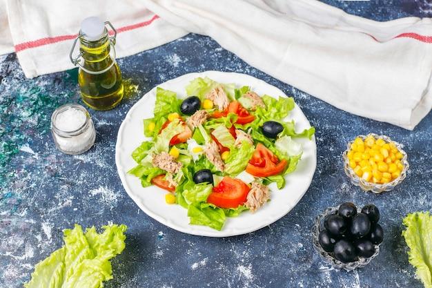 Tonijnsalade met sla, olijven, maïs, tomaten